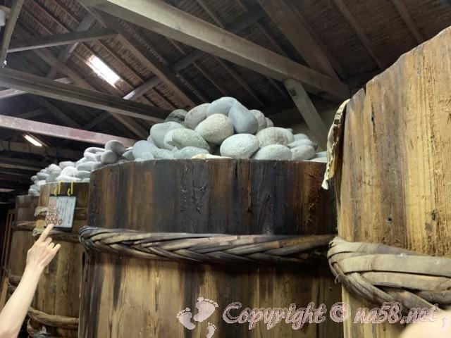 味噌蔵見学、はと屋みそパーク(愛知県西尾市)桶が並び上に石が山のように