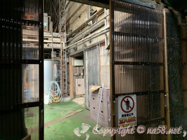 味噌蔵見学、はと屋みそパーク(愛知県西尾市)味噌蔵の中、奥は立ち入り禁止