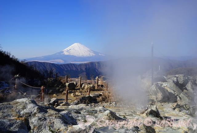 富士山をバックにした風景 露天風呂 温泉 湯けむり