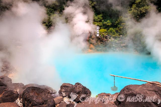 露天風呂 温泉 山の緑 岩 青いブルーの温泉