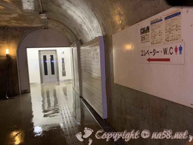 世界遺産・五箇山菅沼合掌造り集落(富山県)展望駐車場と結ぶトンネルのエレベーター