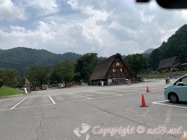 「萩町合掌造り集落」(岐阜県白川村)のせせらぎ公園駐車場
