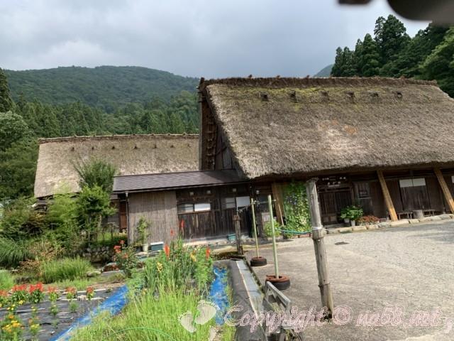 「萩町合掌造り集落」(岐阜県白川村)庭畑と合掌造りの家