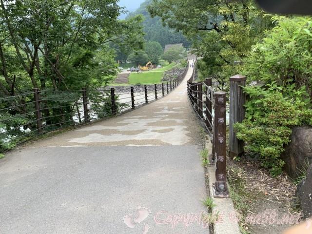 「萩町合掌造り集落」(岐阜県白川村)であい橋を渡るとせせらぎ公園駐車場に出ます
