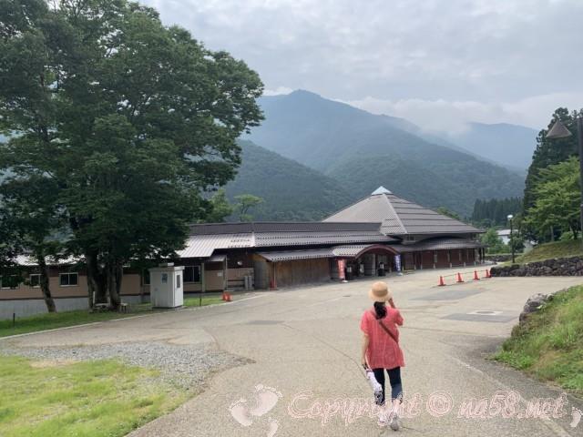 道の駅飛騨白山(岐阜県白川村)の隣にある天然温泉「しらみずの湯」へ向かう道