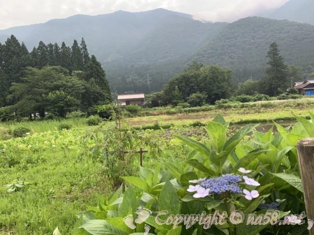 道の駅飛騨白山(岐阜県白川村)の裏手の民家のある地域風景