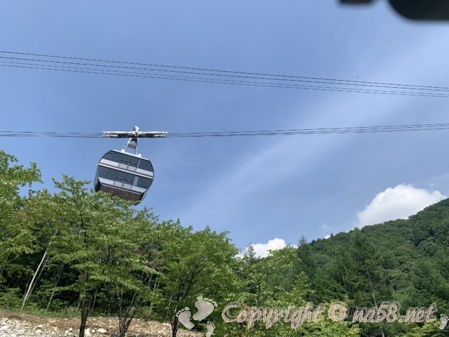 新穂高ロープウェイ(岐阜県高山市)日本で唯一の二階建てロープウェイ しらかば平駅駐車場から見たところ