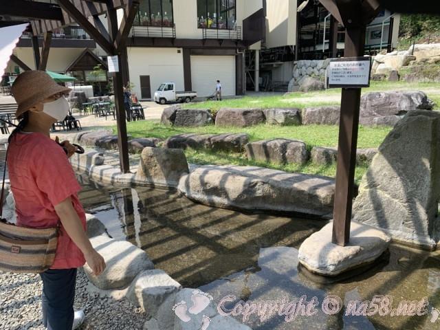 新穂高ロープウェイ(岐阜県高山市)のしらかば平駅にある屋外の足湯