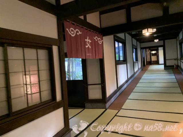 ひらゆの森(岐阜県奥飛騨温泉郷)女湯ののれん、入り口