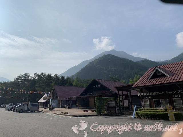 道の駅「奥飛騨温泉郷上宝」(岐阜県高山市)の駐車場と施設