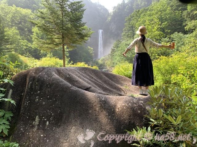 平湯大滝(岐阜県奥飛騨温泉郷平湯)手形のような石の上から