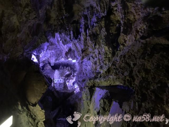 「飛騨大鍾乳洞」岐阜県高山市・鍾乳洞の中、ライトアップか所