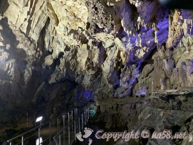 「飛騨大鍾乳洞」岐阜県高山市・鍾乳洞の中、細い通路と壁面
