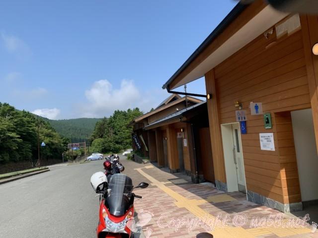 「道の駅箱根峠」(神奈川県箱根町)、バイクが連なる施設の前