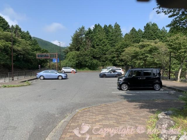 「道の駅箱根峠」(神奈川県箱根町)、施設向かって左の駐車場