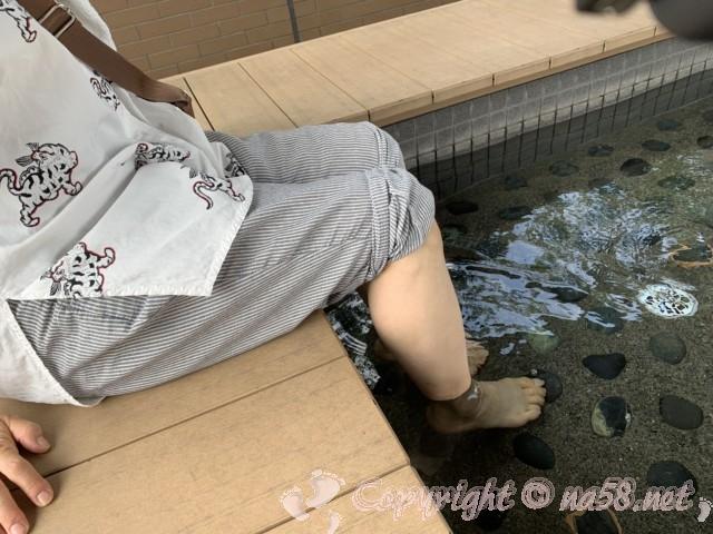 「道の駅すばしり」(静岡県小山町)足湯すばしり 丸い石がツボを刺激