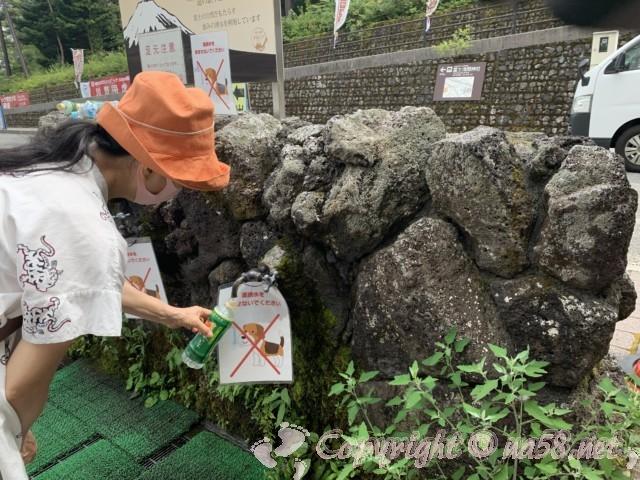 「道の駅すばしり」(静岡県小山町)富士山の涌き水をいただく