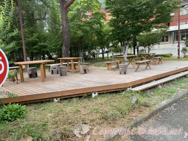 「いずみの湯」山梨県富士河口湖町 施設手前のテラス