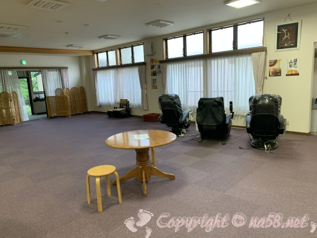 「いずみの湯」山梨県富士河口湖町 電動マッサージ機とじゅうたん敷きの休憩所