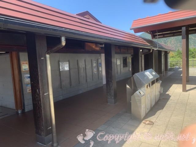 「道の駅朝霧高原」(静岡県富士宮市)向かって右側のトイレとゴミ箱