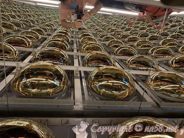 スーパーカミオカンデの内水槽の壁面の一部 「ひだ宇宙科学館(カミオカラボ)」(岐阜県飛騨市)