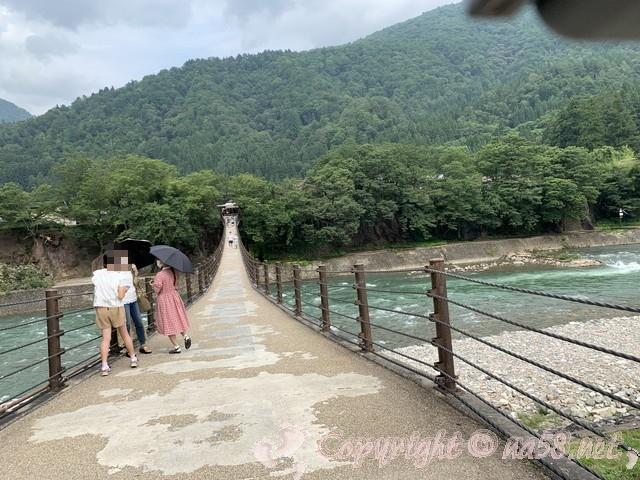 「萩町合掌造り集落」(岐阜県白川村)せせらぎ公園駐車場からであい橋をみたところ