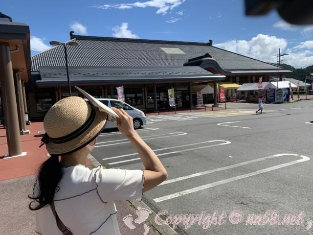 「道の駅 信州新野千石平」(長野県阿南町)の駐車場と施設を見る