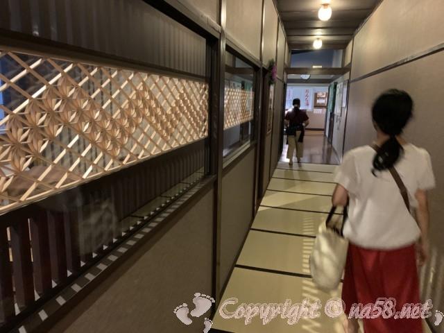 天然温泉三峰(岐阜県可児市)温泉に向かう廊下は畳敷き