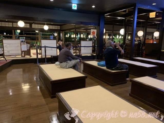 天然温泉三峰(岐阜県可児市)の椅子席の休憩所