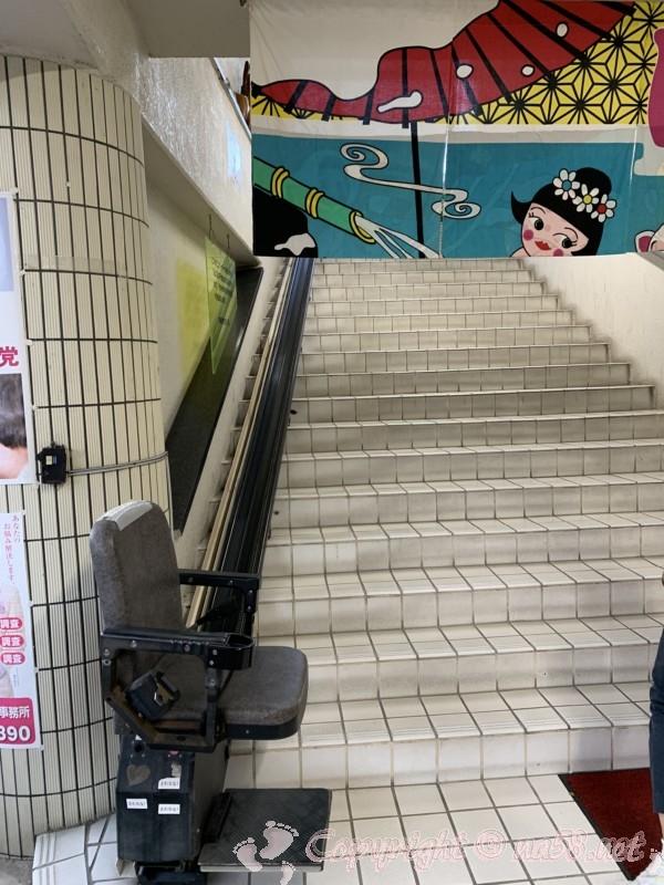 長喜温泉(名古屋市北区)入り口は二階で 階段昇降機がある