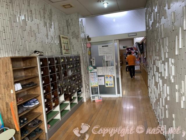 白山温泉(名古屋市西区)玄関はいって靴箱が左。奥へと進む