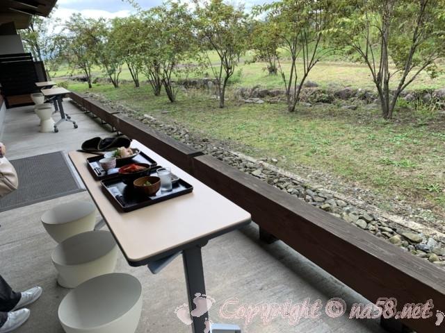 「道の駅 一乗谷あさくら水の駅」(福井県福井市)屋外のテーブルで食事