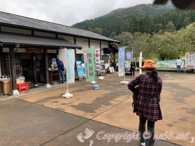 「一乗谷復原町並」(福井県福井市)の一番近くの駐車場、土産物店もある