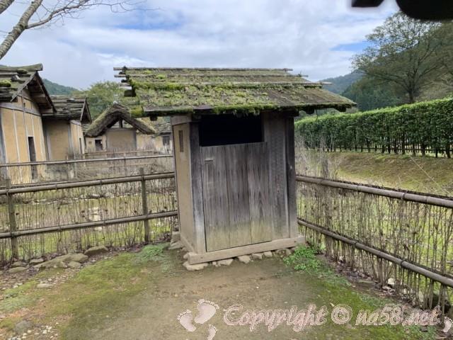 「一乗谷復原町並」(福井県福井市)町人の家の庭とかわや