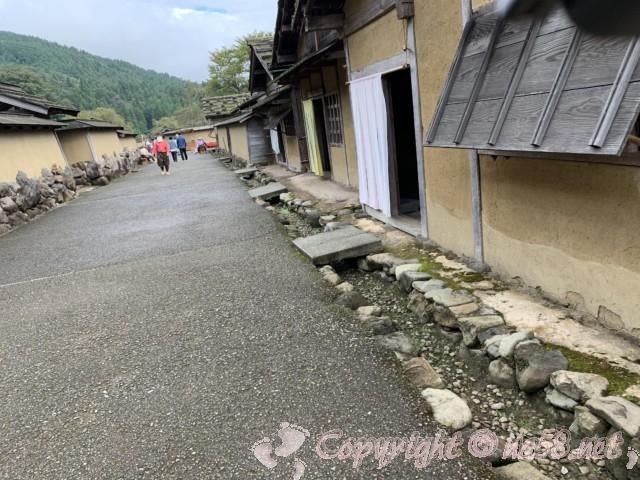 「一乗谷復原町並」(福井県福井市)町並と通りを歩く町人