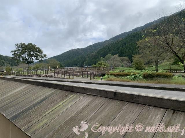 「一乗谷復原町並」(福井県福井市)中級武士の屋敷の土塀からお城方向を見た