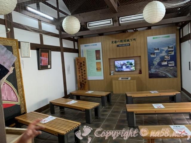 「一乗谷復原町並」(福井県福井市)北側の施設にある解説ビデオ