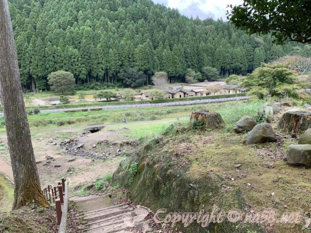 一乗谷朝倉氏遺跡(福井県福井市)諏訪館跡庭園から復原町並を見下ろしたところ