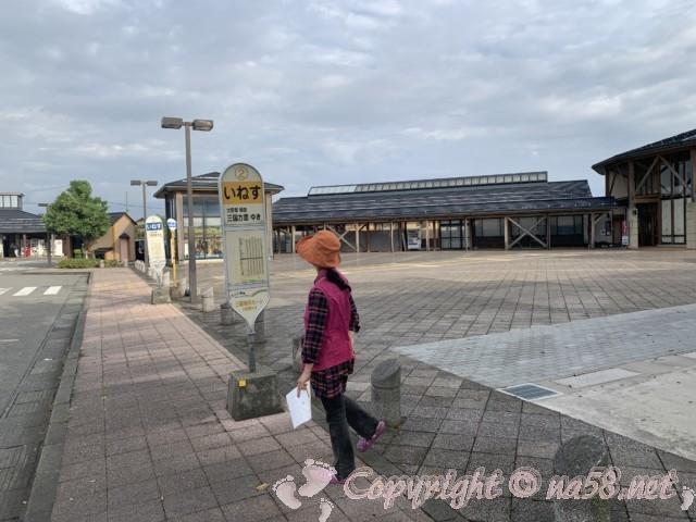 「道の駅さかい」(福井県坂井市)の駐車場にあるバス停