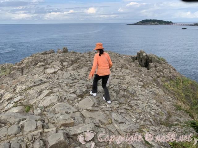東尋坊(福井県坂井市)奇岩の絶壁の端の方へ歩く