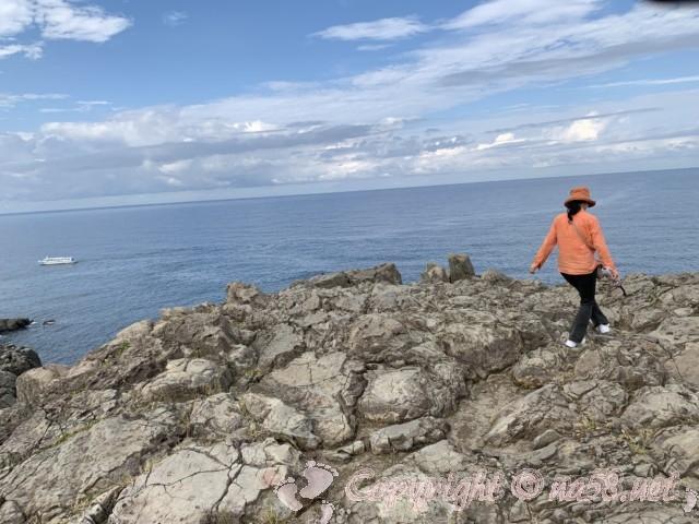 東尋坊(福井県坂井市)奇岩の絶壁の端の方へ歩く 怖い