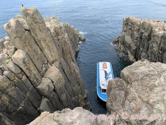 東尋坊(福井県坂井市)奇岩の絶壁の端の方 真下の海をみる 遊覧船を見下ろす