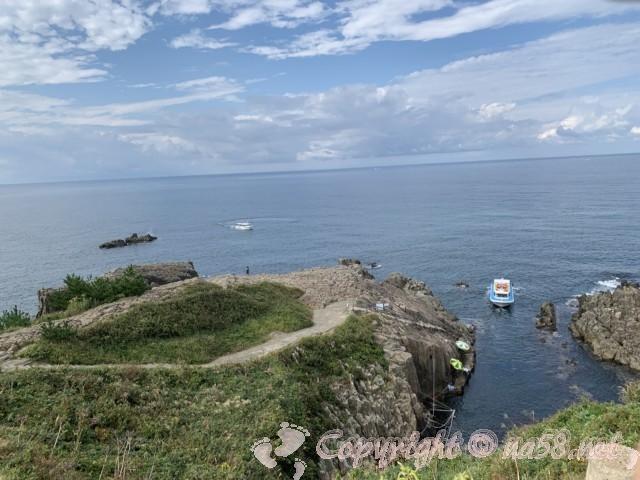 東尋坊(福井県坂井市)奇岩の絶壁の端の方から遠景を見る