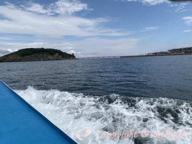 東尋坊(福井県坂井市)遊覧船から雄島を見る風景