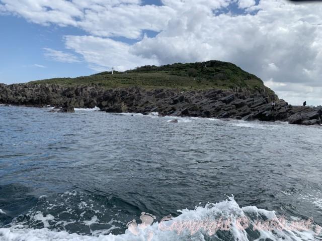 東尋坊(福井県坂井市)遊覧船から雄島を見る 雄島の裏側の岩で釣りをする人達