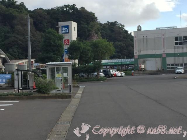 「道の駅越前」(福井県越前市)の広い方の駐車場とメイン施設