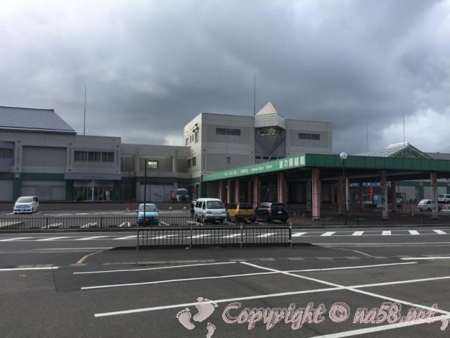 「道の駅越前」(福井県越前市)の正面を見ています