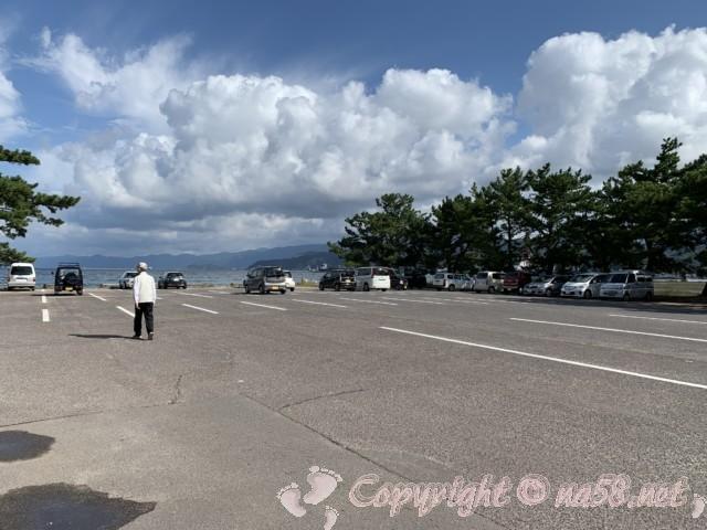 気比の松原(福井県敦賀市)の駐車場、海方向に向かって