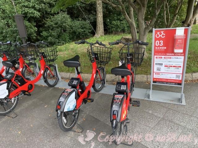 氣比神宮(福井県敦賀市)の前にある赤い電動自転車 敦賀シェアサイクル