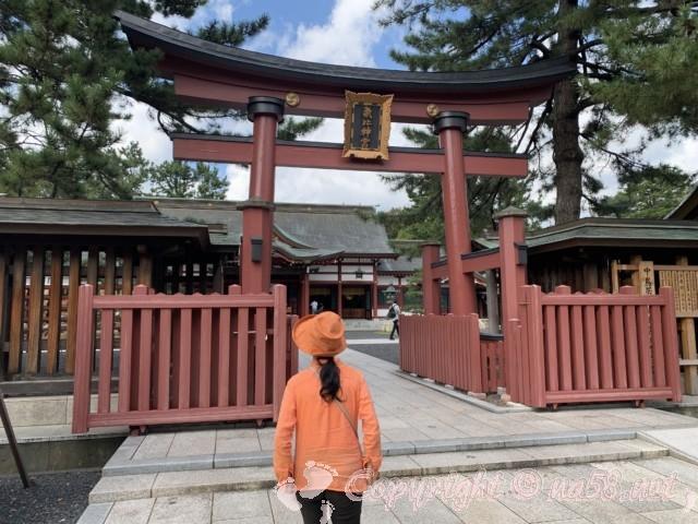 氣比神宮(福井県敦賀市)・再び大きな赤い鳥居をくぐる